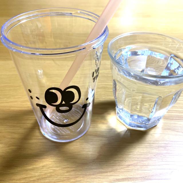 水とカップ